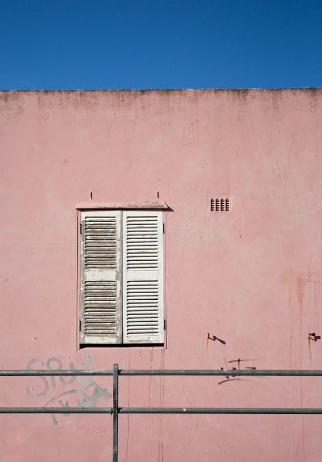 Otturatori chiusi e bianchi della finestra immagini stock