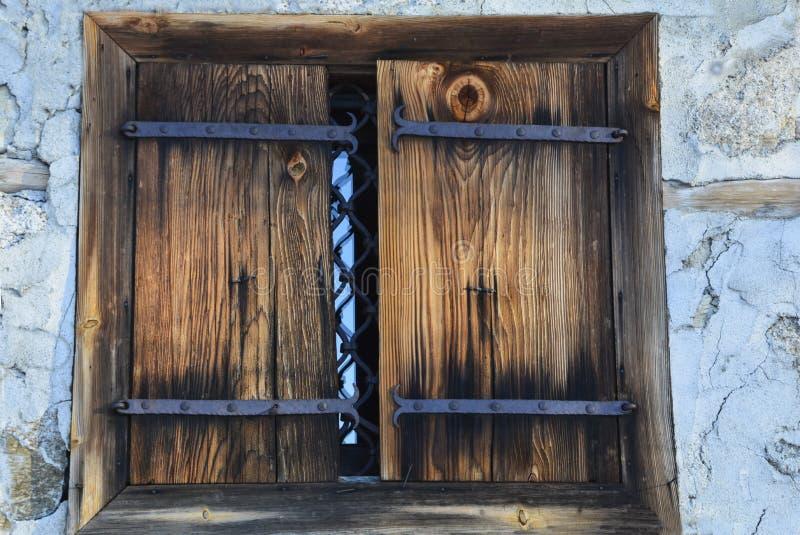 Otturatori della finestra e materiali naturali dei vecchi ribattini fotografie stock libere da diritti