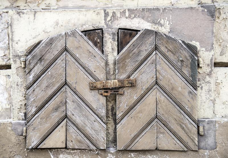 Otturatori strutturati di legno dipinti in pittura bianca immagine stock libera da diritti