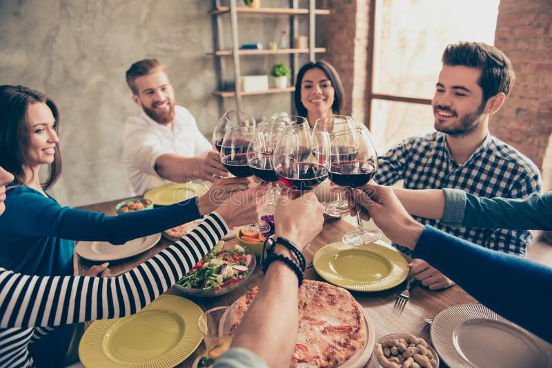 Otuchy! Grupa szczęśliwi uśmiechnięci młodzi ludzie świętuje urodziny obraz stock