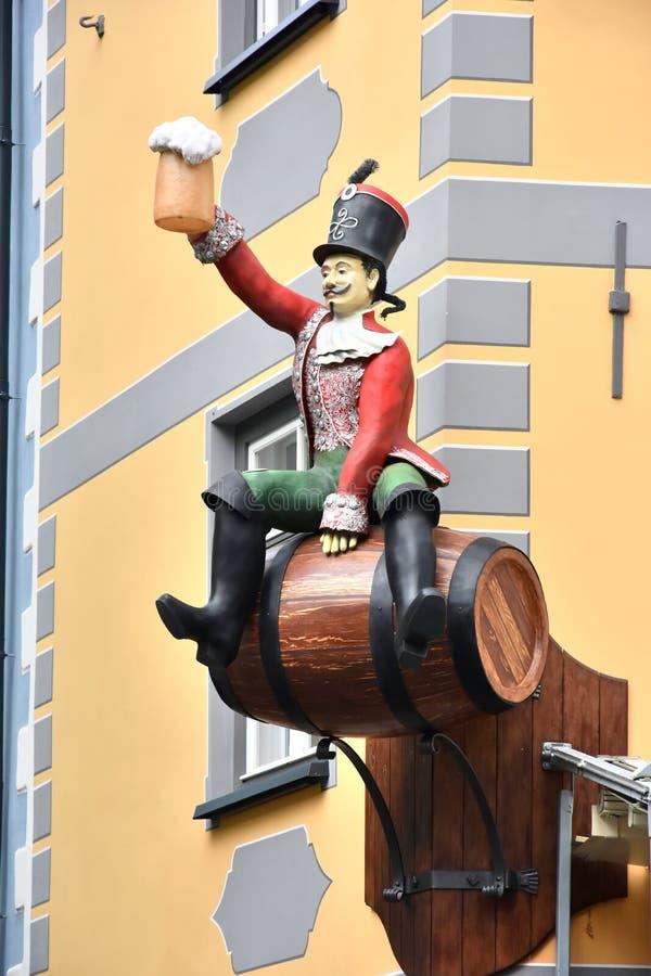 Otuchy, hussar z piwnym kubkiem witają was zdjęcie royalty free