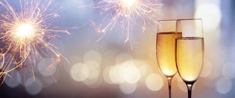Otuchy z szampanem dla nowego roku zdjęcia stock