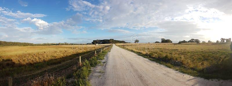Otwarta droga gruntowa na australijskie tereny wiejskie zdjęcia stock
