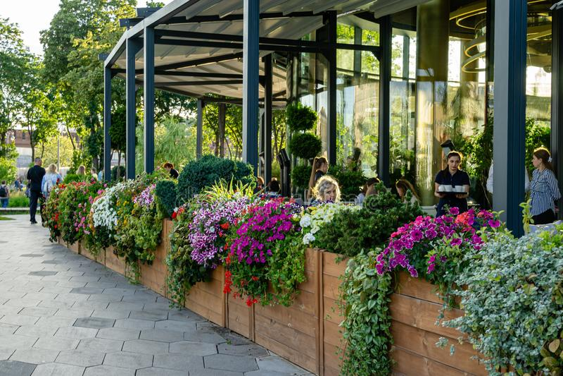 Otwarta kawiarnia z pięknymi kwiatami w Zaryadye parku Zaryadye jest nowym atrakcją turystyczną Moskwa fotografia royalty free
