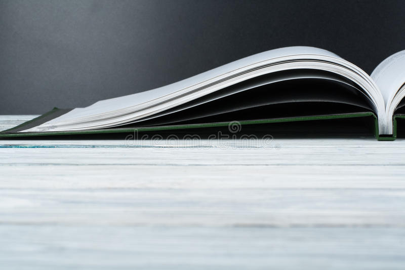 Otwarta książka na drewnianym pokładu czerni i stołu deskowym tle tylna szkoły Edukaci pojęcie z kopii przestrzenią dla twój rekl obrazy stock