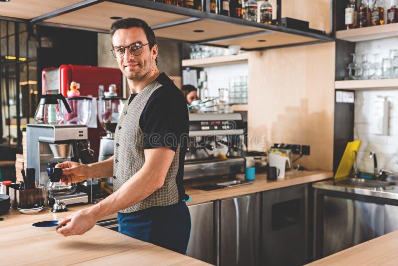 Otwarta męska słuzyć filiżanka kawy obraz royalty free