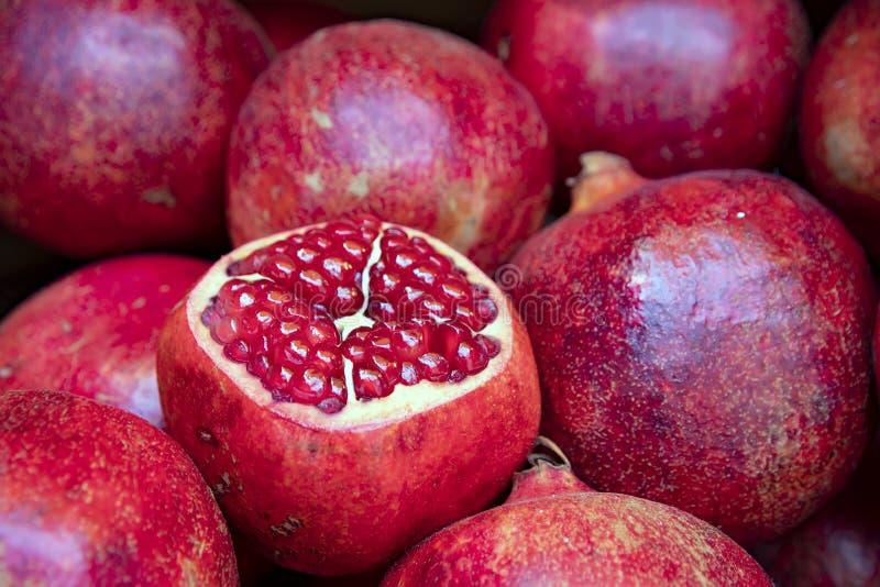 Otwarta owoc dojrzały granatowiec z Burgundy groszkuje w górę stosu granatowowie wewnątrz fotografia royalty free