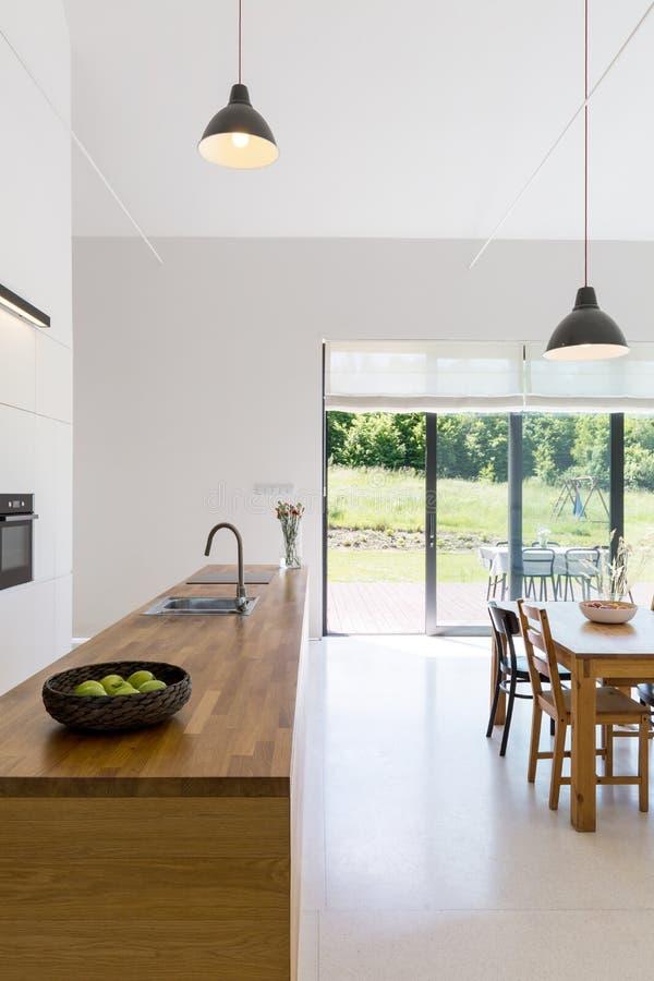 Otwarta przestrzeń z kuchennym countertop obrazy royalty free