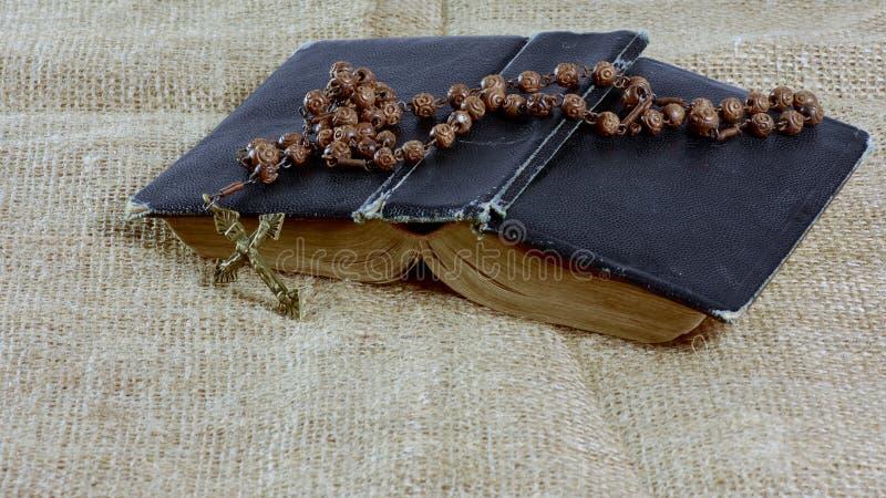 Otwarta stara książka z różana lying on the beach na jutowym fotografia stock
