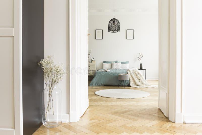 Otwarte drzwi biały sypialni wnętrze z herringbone parkietowym, ki zdjęcie stock