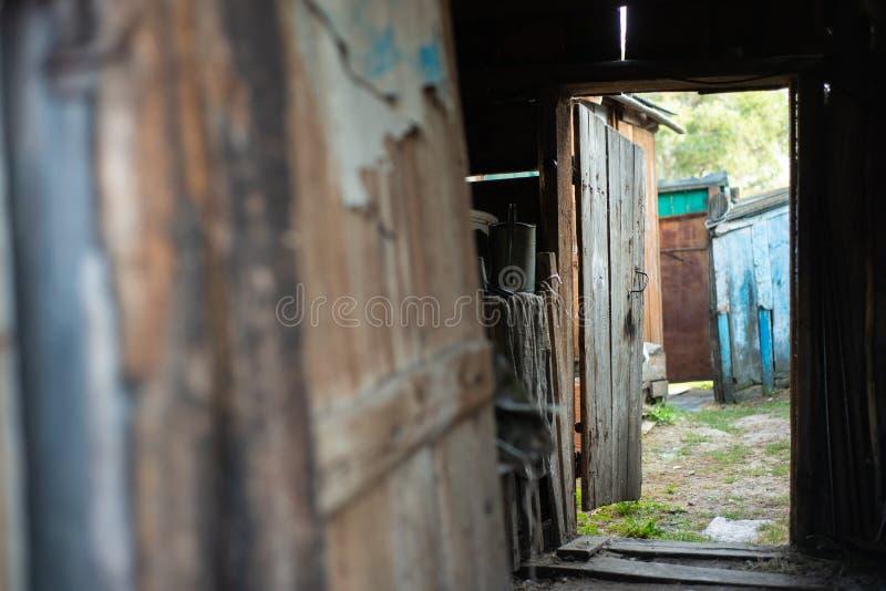 Otwarte drzwi stara przegniła drewniana jata fotografia royalty free