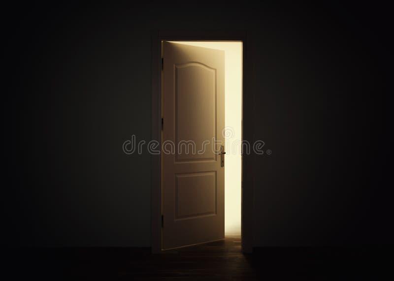 Otwarte drzwi z światłem w ciemnym pokoju, nadziei pojęcie obraz stock