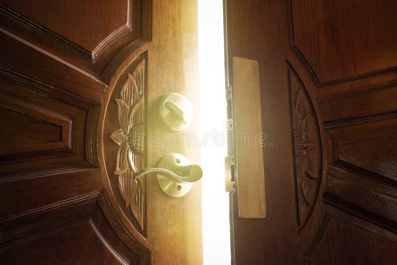 Otwarte drzwi zaświecać fotografia royalty free