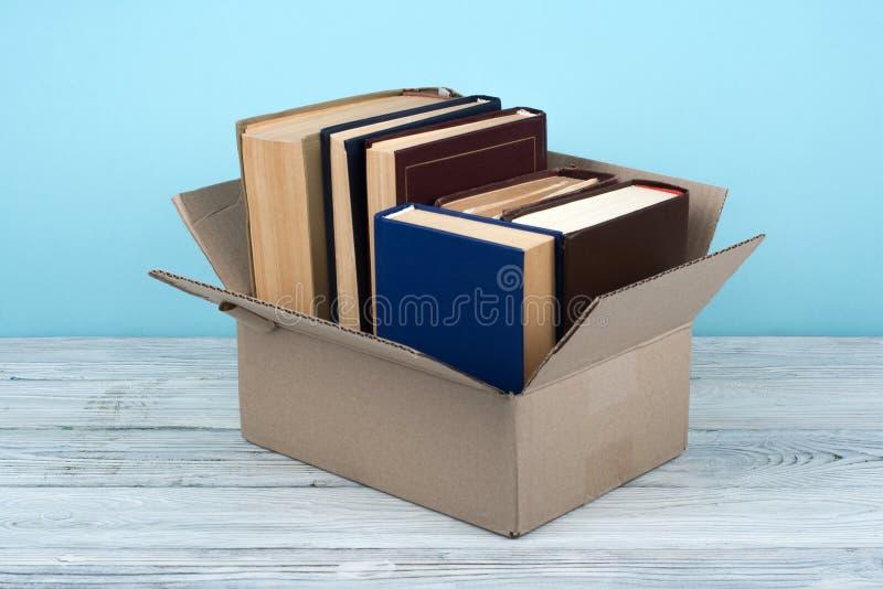 Otwarte książki dalej na drewnianym pokładu stołowym i błękitnym tle tylna szkoły Edukaci pojęcie z kopii przestrzenią dla twój r fotografia stock
