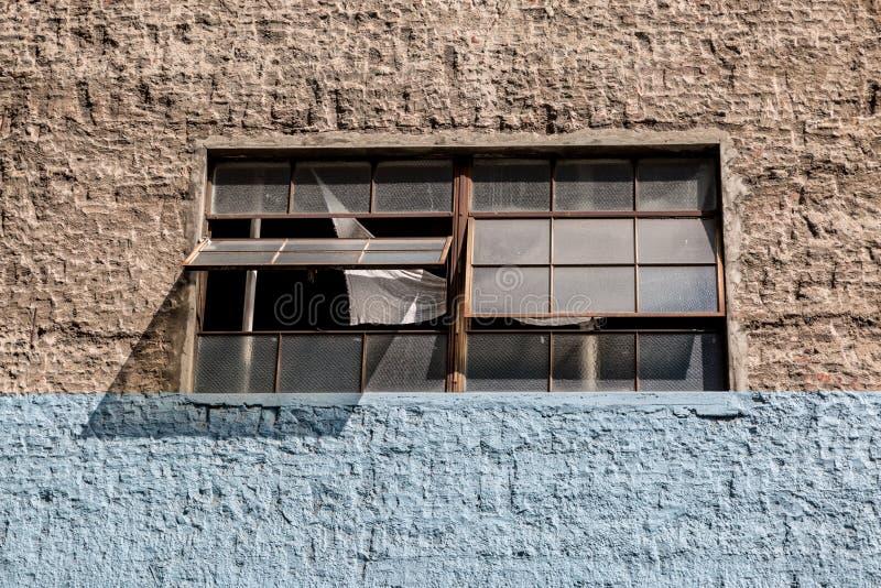 Otwarte okno i ściana obrazy stock