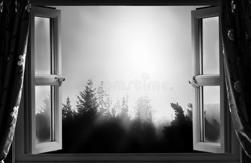 Otwarte okno przy nocą w czarny i biały obrazy royalty free