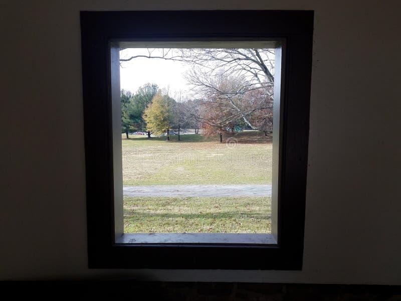 Otwarte okno przyglądający za, trawa, drzewa i droga wlec, obrazy stock
