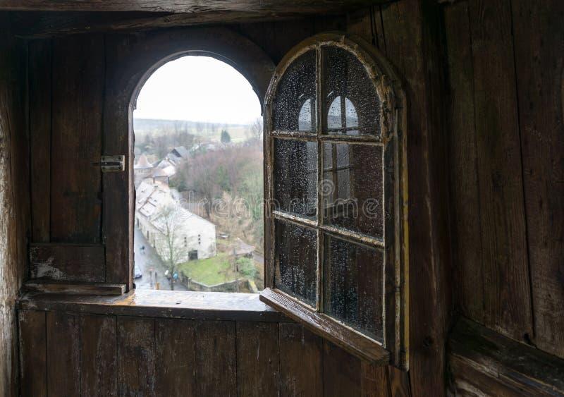 Otwarte okno stary drewniany wierza obraz royalty free
