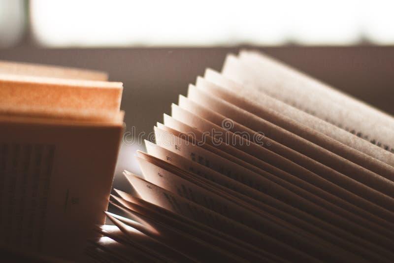 Otwarte strony książka z powrotem zaświecali okno światłem zdjęcia stock