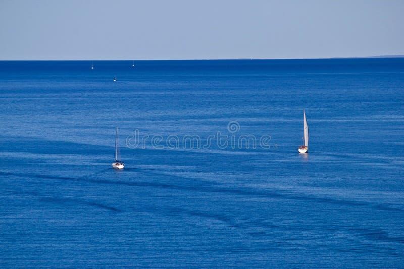 Otwartego morza łodzie, żaglówki i jachty, zdjęcie royalty free