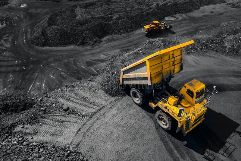 Otwartej jamy kopalni przemysł, duża żółta kopalnictwo ciężarówka dla węgla, odgórnego widoku anteny truteń zdjęcie stock