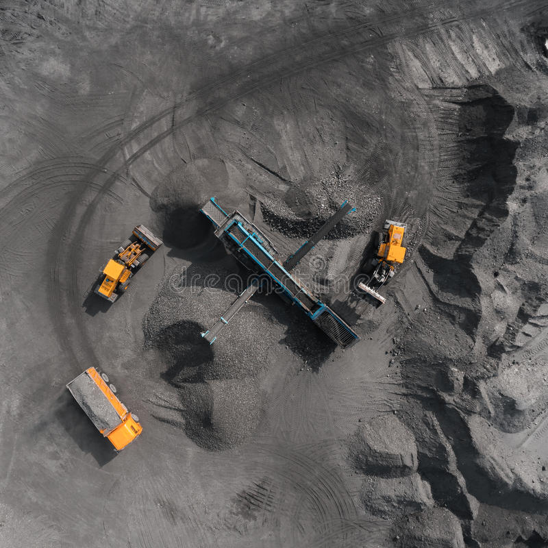 Otwartej jamy kopalnia, traken sortuje, minuje węgiel, ekstraktowy przemysł zdjęcie stock