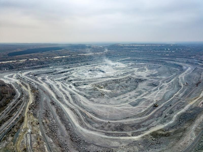 Otwartej jamy kopalnia, widok z lotu ptaka od trutnia obrazy stock