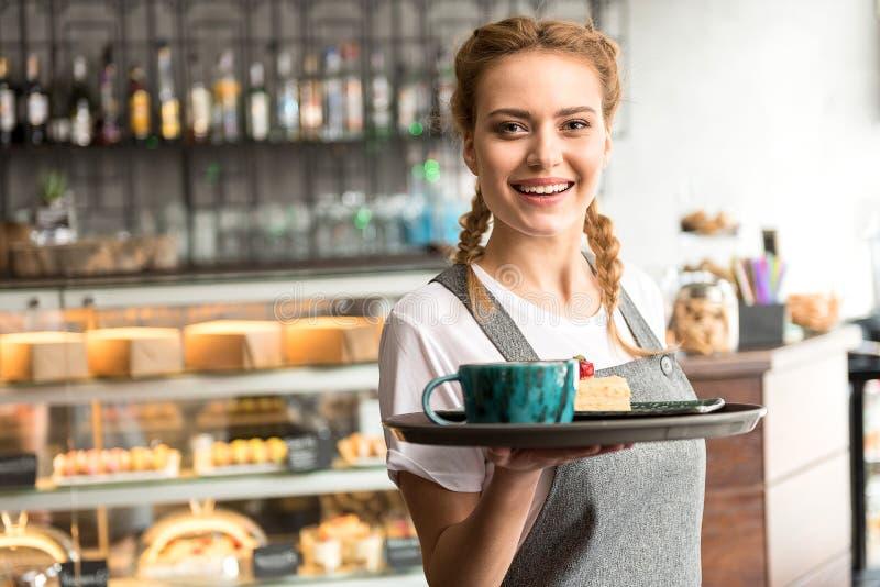 Otwarty żeński mienia jedzenie na salver zdjęcie stock