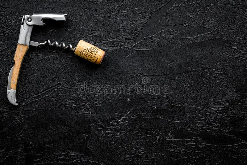 otwarty butelki wino Korki i corkscrew na czarnym tło odgórnego widoku copyspace zdjęcia stock