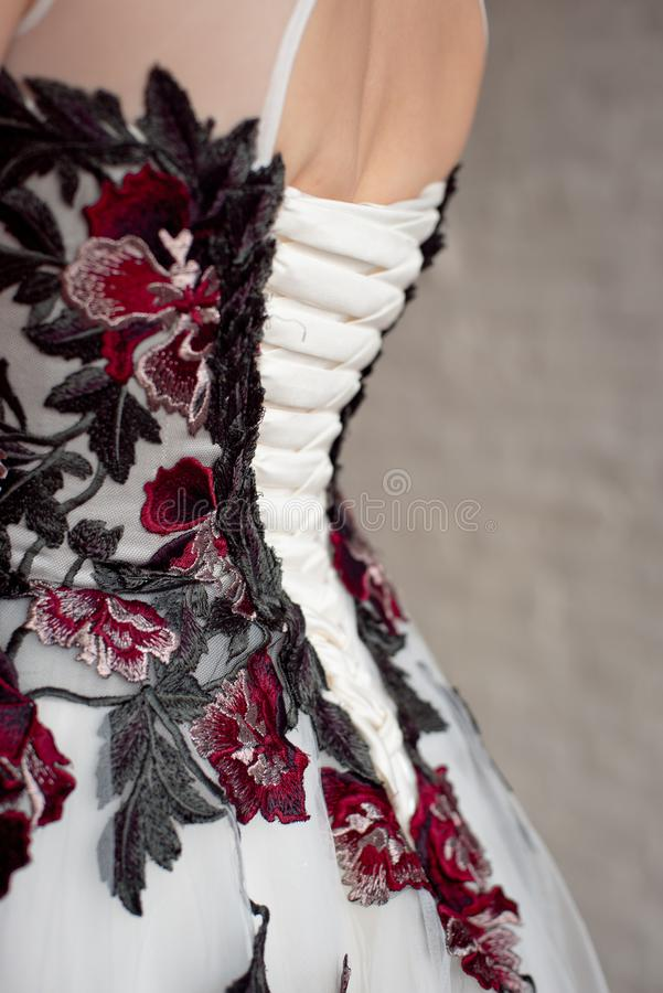 Otwarty elegancka suknia z powrotem, unrecognizable tylni widok obrazy stock