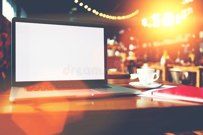 Otwarty laptop z puste miejsce kopii przestrzeni ekranem dla ewidencyjnej zawartości lub wiadomości tekstowej obrazy royalty free