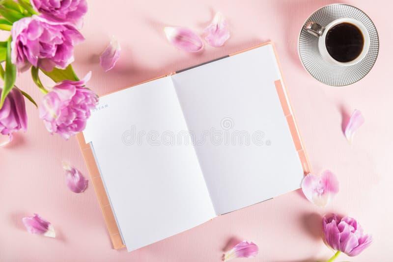 Otwarty notatnik dla pisać sen i pomysłach z kwiatami niedalekimi obraz royalty free