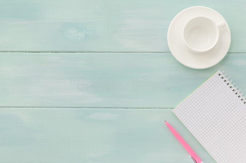 Otwarty notatnik z menchii coffeecup i piórem zdjęcia stock
