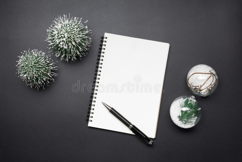 Otwarty pusty notatnik, pióro, Bożenarodzeniowa piłka i mini choinka, fotografia stock
