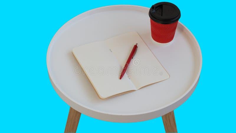 Otwarty pusty pusty nutowy papier z czerwonym pi?rem, czerwony kartonowy fili?anka kawy i?? na bia?ym round czasopisma drewna sto zdjęcia stock