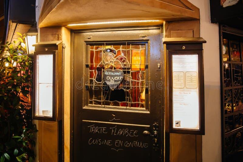 Otwarty Restauracyjny drzwi podczas boże narodzenie rynku zdjęcie royalty free