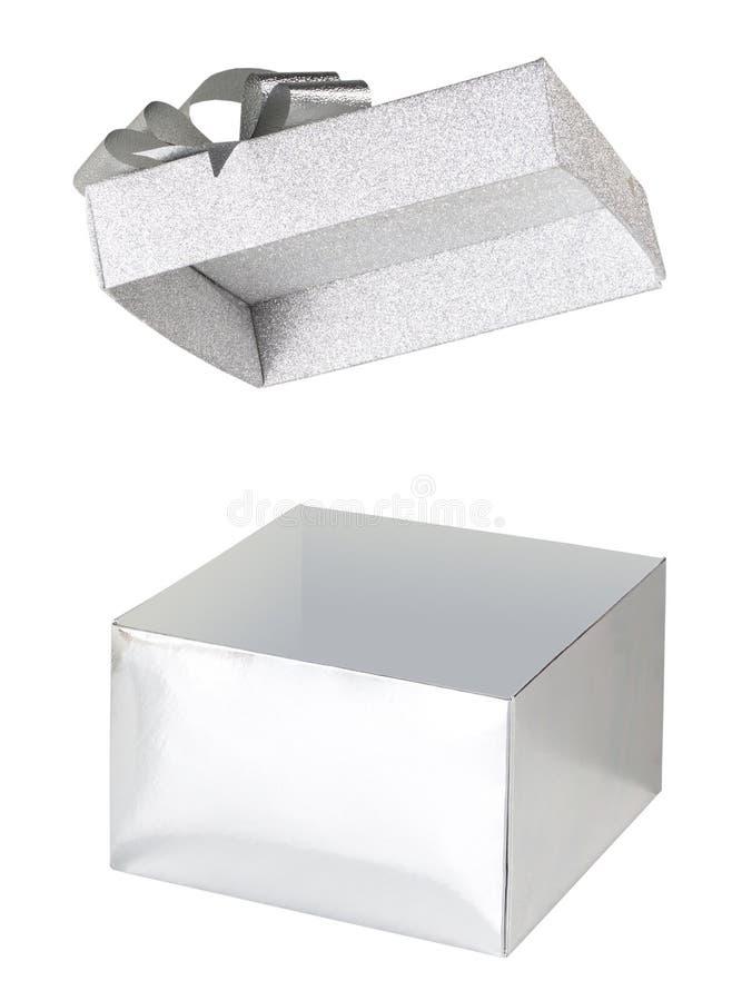 Otwarty srebny prezenta pudełka błyskotliwości levitating dekiel i łęk na białym tle fotografia royalty free