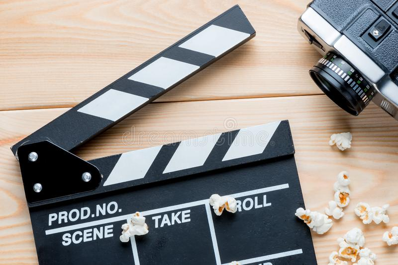 Otwarty wideo clapper, retro kamera wideo i solony popkornu wierzchołek, vi obraz royalty free