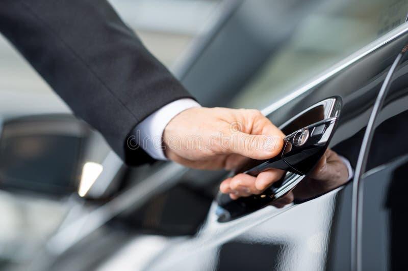 Otwierać jego nowego samochód. obrazy royalty free