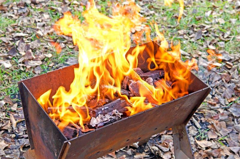 Otwierał ogień w grillu Węgle drzewni palą obraz stock