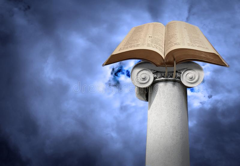 Otwiera świętą biblię na antycznej ionic szpaltowej filar poczcie obrazy stock