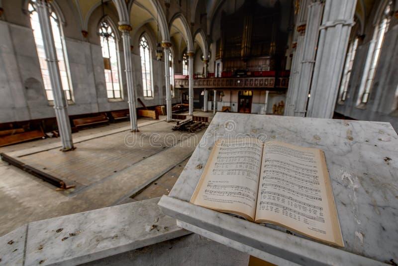 Otwiera Świętą biblię w ambonie - Zaniechany kościół zdjęcia royalty free