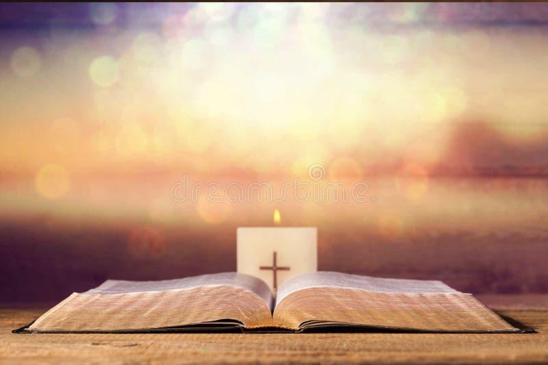 Otwiera Świętej biblii książkę na tle zdjęcia royalty free