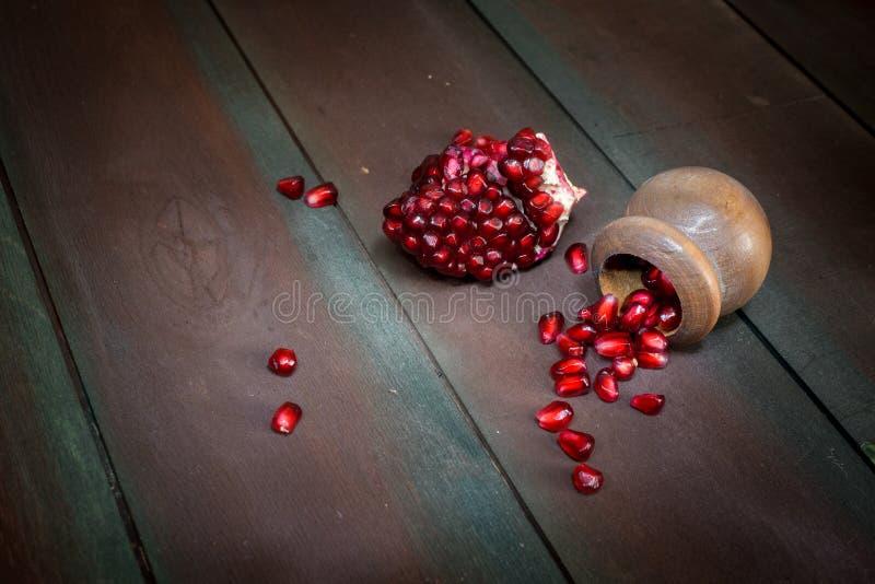 Otwiera świeżych dojrzałych granatowów na drewnianym tle fotografia royalty free