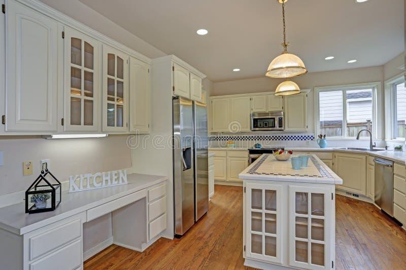 Otwiera białego kuchennego wnętrze z kuchenną wyspą zdjęcie stock
