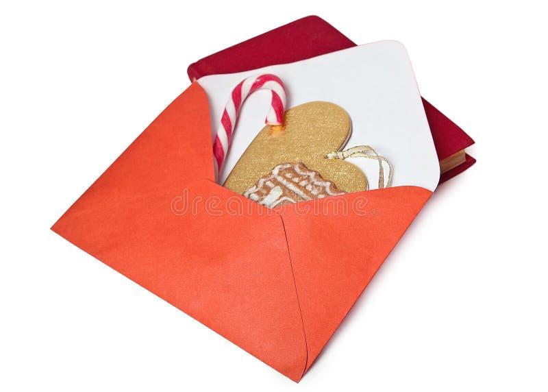 Otwiera czerwoną kopertę z miodownikiem, cukierkiem i złocistym sercem inside, obraz stock