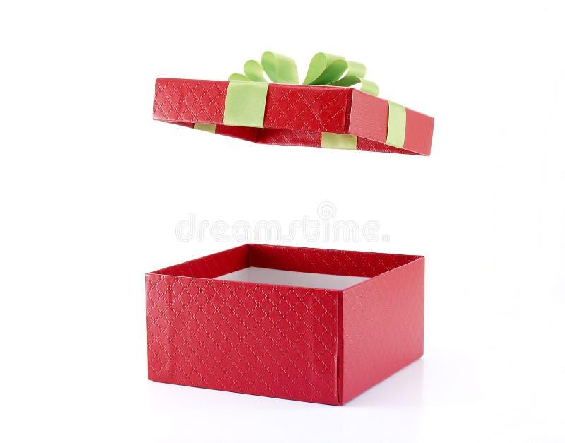 Otwiera czerwonego prezenta pudełko z zielonym faborkiem obrazy royalty free