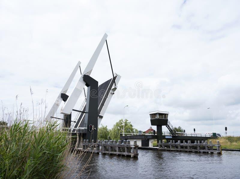 Otwiera drawbridge blisko Sneek w holenderskiej prowinci Friesland zdjęcie royalty free