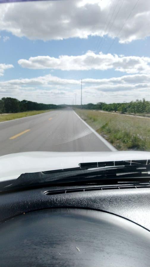 Otwiera drogowych i chmurnych nieba zdjęcie stock