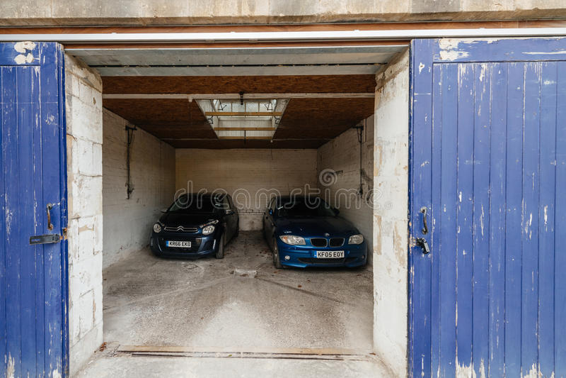Otwiera garażu drzwi z dwa samochodami inside obrazy royalty free